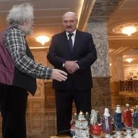 Алексей Венедиктов ЭХО-Москвы подарил эти шахматы Лукашенко