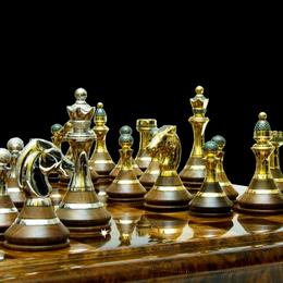 Шахматы с белыми и зелеными бриллиантами