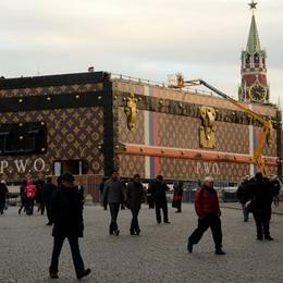 Гигантский «чемодан» от LOUIS VUITTON размещен на Красной площади в Москве