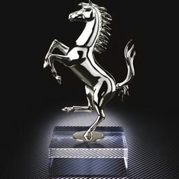 Поклонникам Ferrari – серебряная скульптура скачущей лошади в ограниченном тираже