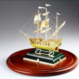 Корабль из янтаря и золота
