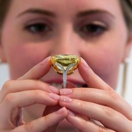 Sotheby's планирует продажу крупного желтого бриллианта