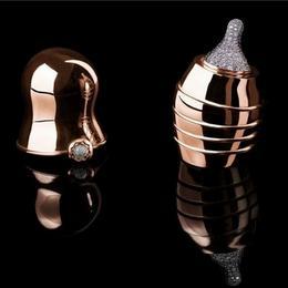 Инкрустированная бриллиантами золотая бутылочка от Suommo