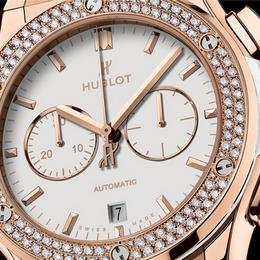 Хронограф Hublot Classic Fusion: гармония белоснежного циферблата и бриллиантов