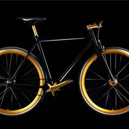Золотой велосипед с матовым алюминиевым корпусом и анодированным покрытием: просто и элегантно