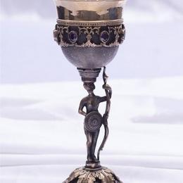 Кубок с фигуркой «Стражница»