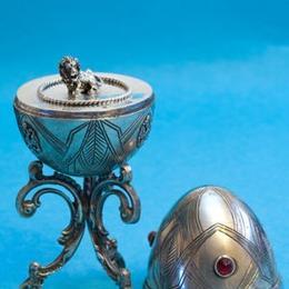 """Пасхальное яйцо """"Лев"""" из серебра с гранатами"""