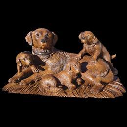 Собака со щенками (дерево)