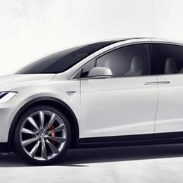Электрический внедорожник Tesla X: быстрый и дорогой