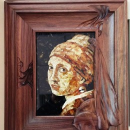 Панно из янтаря Девушка с жемчужной серьгой