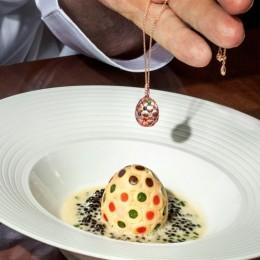 В отеле Ritz London подают обед из трех блюд, вдохновленный «мозаичным» яйцом Фаберже