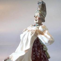 Статуэтка Баба в высоком головном уборе (майолика)