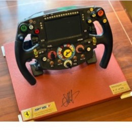 Автограф Себастьяна Феттеля (рулевое колесо Ferrari SF15-T)