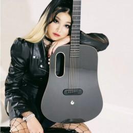 Титулованная полуакустическая гитара из цельного куска углеродного волокна