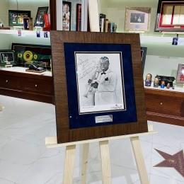 Автограф Луи Армстронга (на фото)