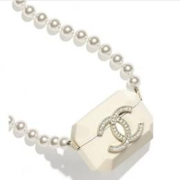 Только Chanel мог создать ожерелье с чехлом под Airpods стоимостью 2675 $