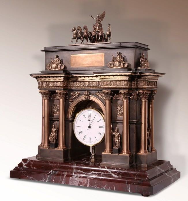 Часы из бронзы в форме Триумфальной арки