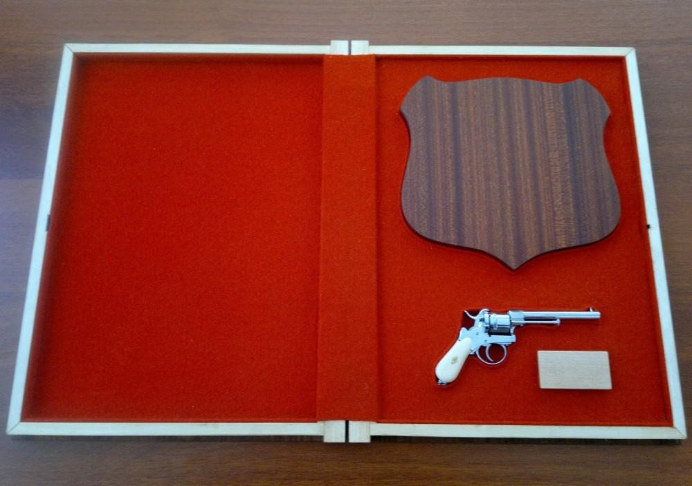 Адресная папка – с револьвером системы Лефоше