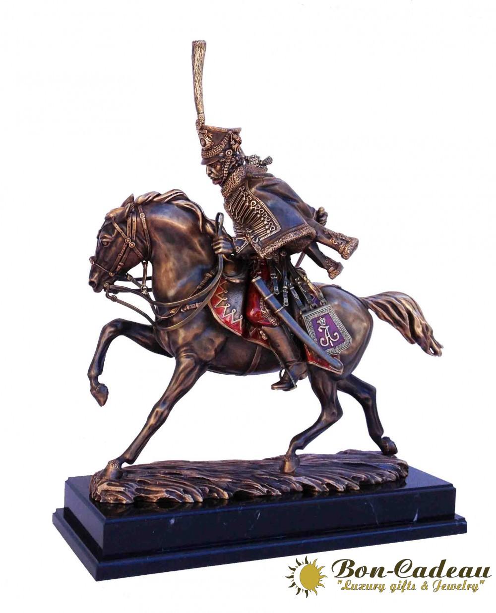 Скульптура гусар на коне