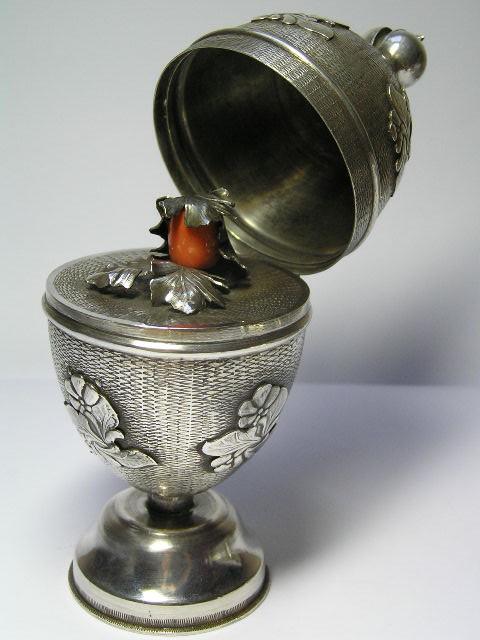 Пасхальное яйцо из серебра с кораллом