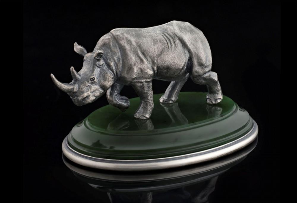 Носорог из серебра на нефрите