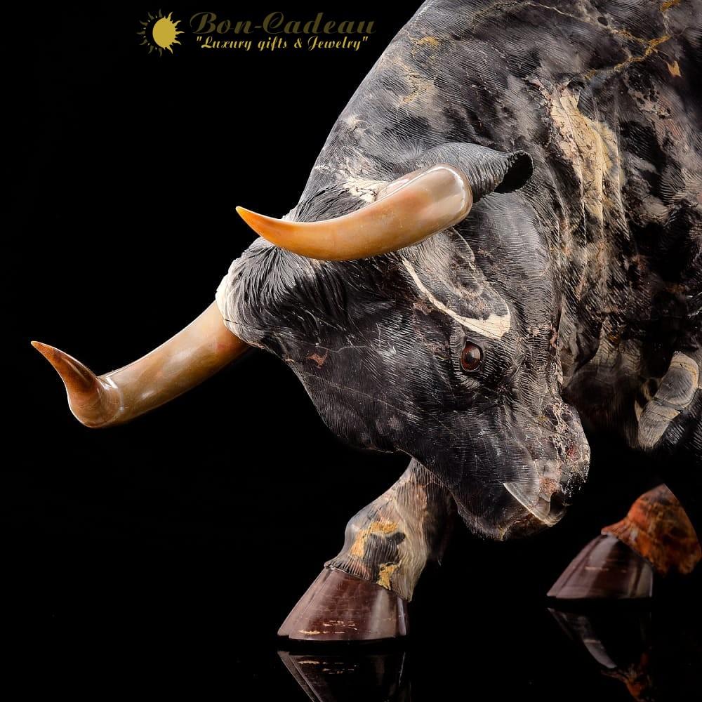 Огромный бык из яшмы
