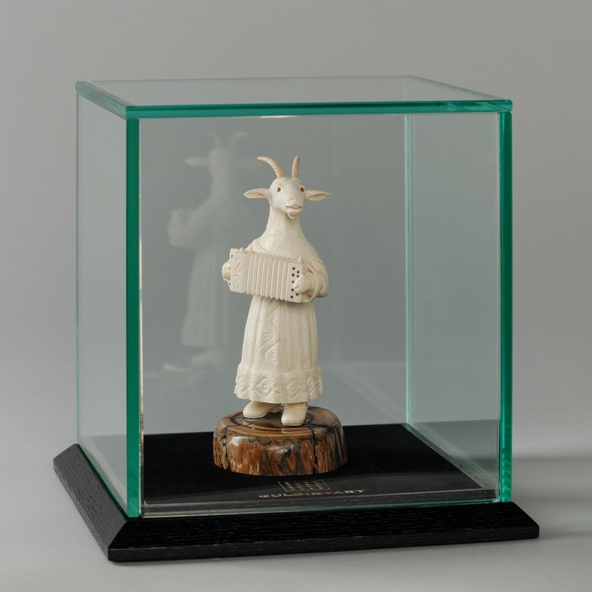 Скульптура из бивня мамонта Коза с баяном