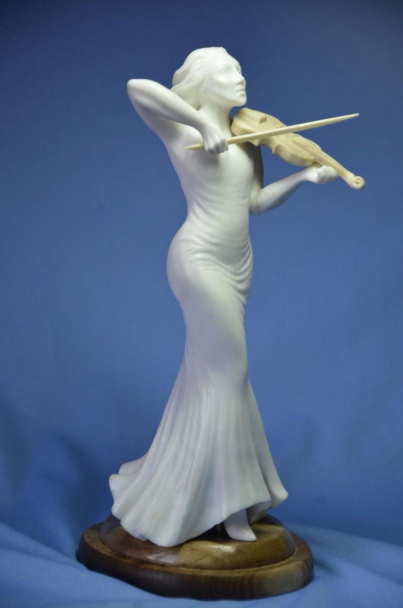 Скульптура Скрипачка из рога лося с элементами бивня мамонта