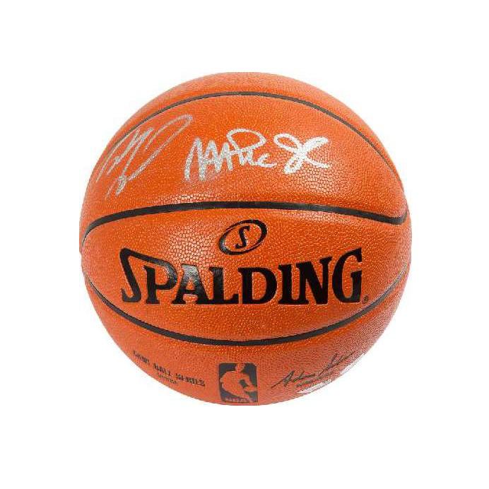 Мяч с автографами Шакила О'Нила и Мэджика Джонсона