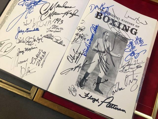 Автографы великих спортсменов на книге «История бокса в картинках»