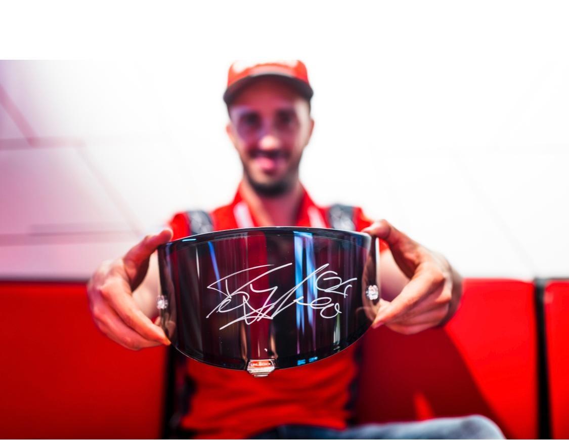 Шлем с подписью Андреа Довициозо