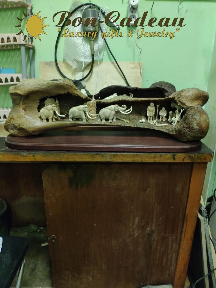 Большая скульптура на бедре мамонта У костра