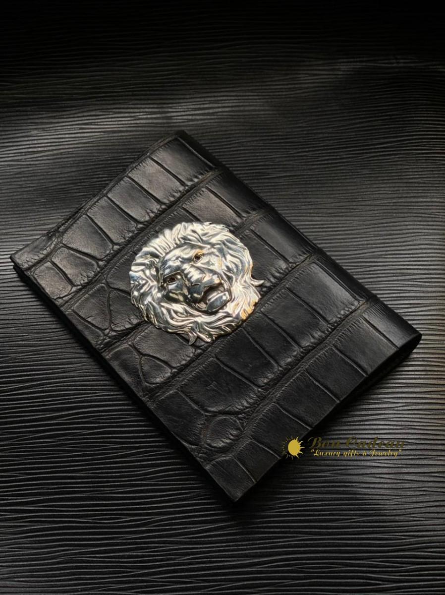 Обложка для паспорта из кожи крокодила Лев
