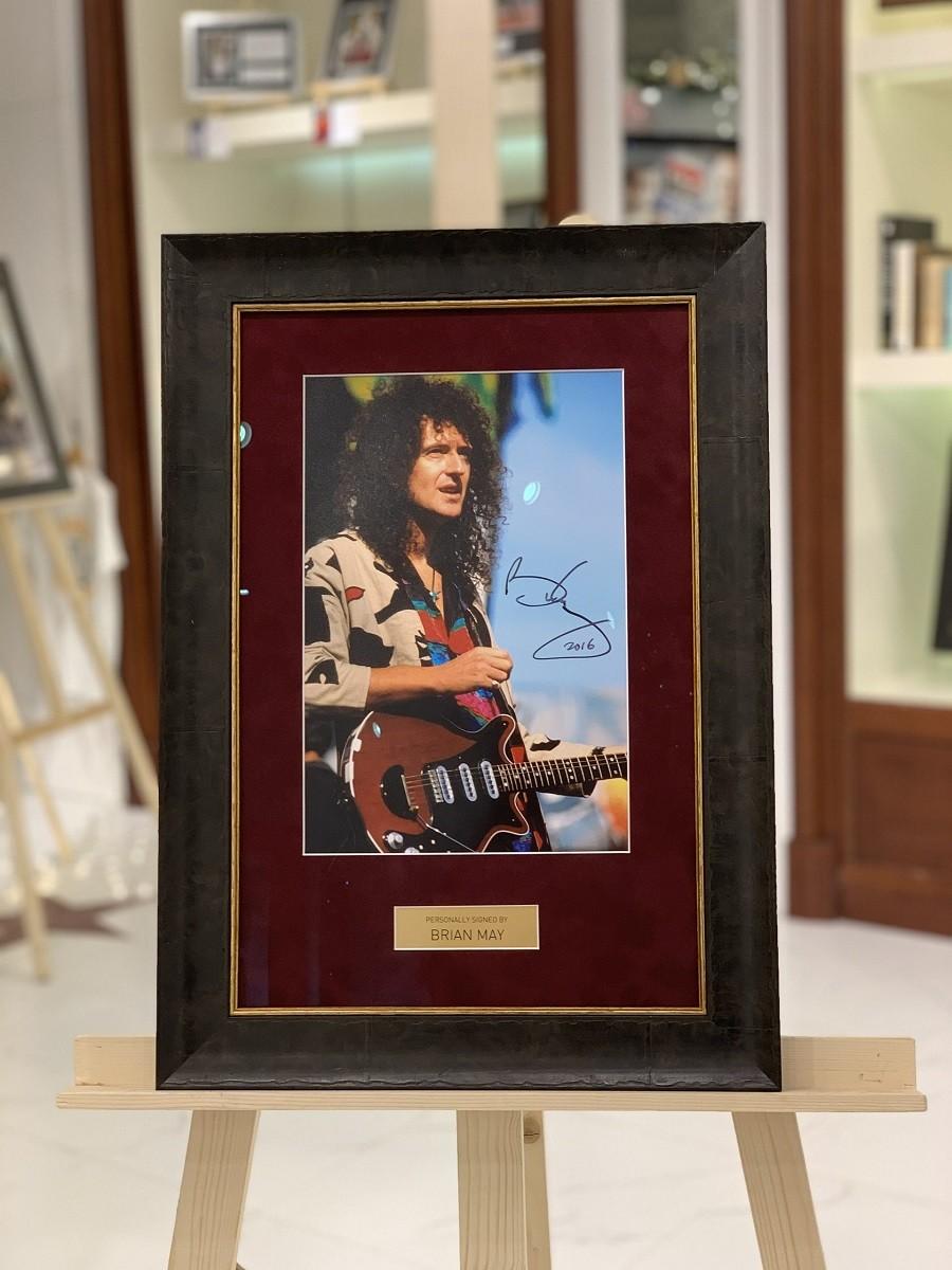 Автограф Брайана Мэй (на фото)