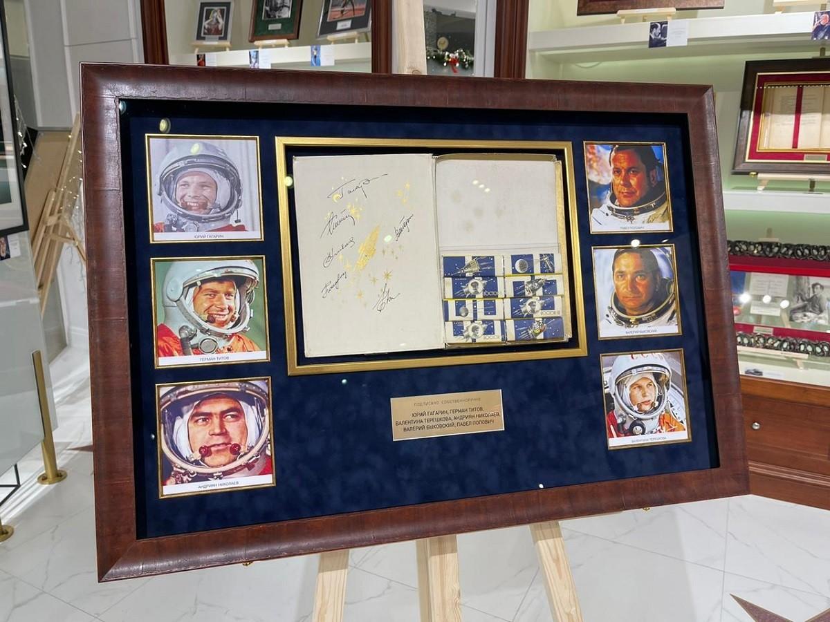 Гагарин, Титов, Терешкова (набор шоколада с 6 автографами космонавтов)