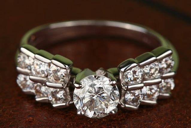 c5dc03b5c688 28 бриллиантов огранки Принцесса (боковые) 0,9 Кт, характеристики  3 5.  Размер  17,5 (можно увеличить или уменьшить) Золото  белое 585 проба.